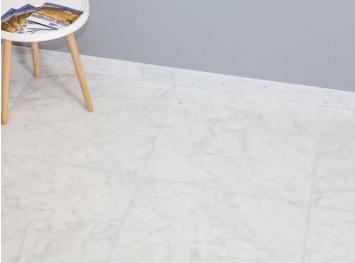 vloer van wit marmer met een grijze muur