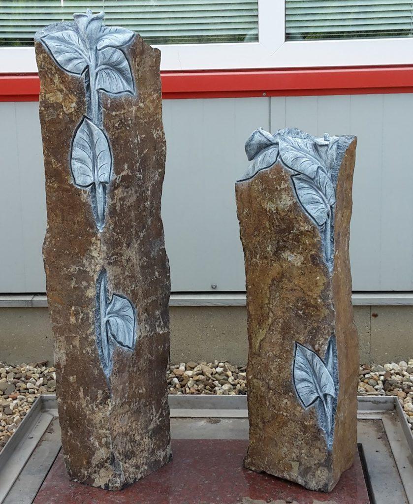 Twee basaltzulen met hakwerk Aronskelken