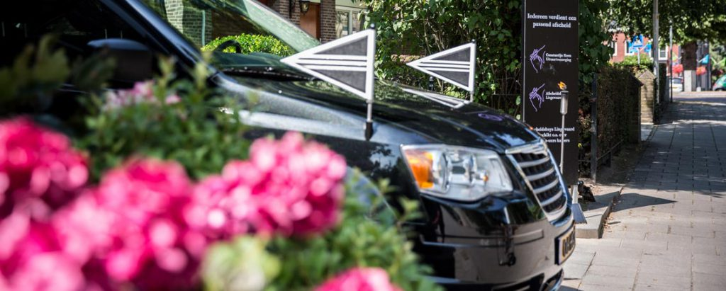 Zwarte auto met vlaggen