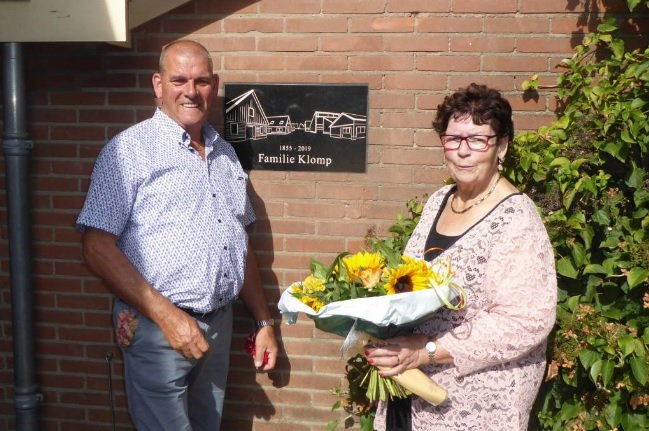 Antoon en Ria Klomp bij de plaquette van de familie Klomp