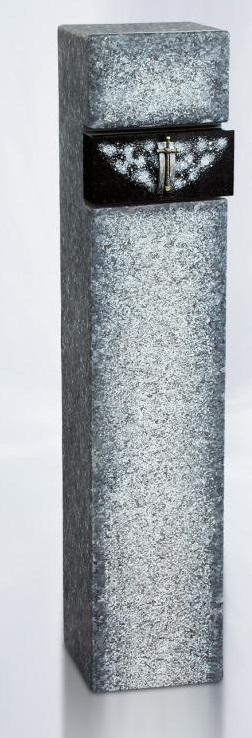 Zuil van natuursteen met uitsparing van zwart graniet waarop de Swarovski kristallen goed zichtbaar zijn.