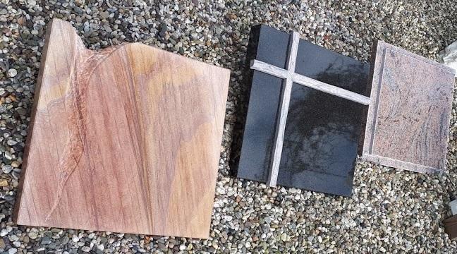 Drie urnenmonumenten van graniet